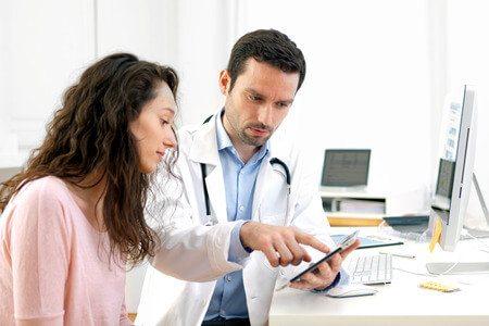 רופא מטופל מחשב ממוחשב
