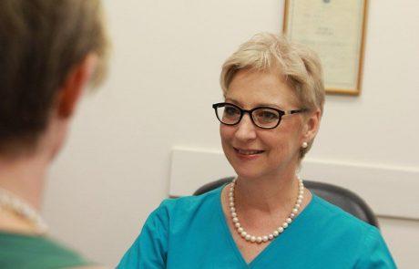 """ד""""ר רחל ענר: רופאת שיניים – מומחית למחלות חניכיים"""