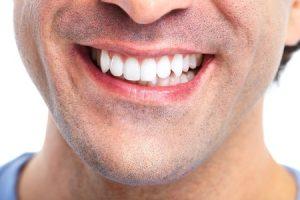 שיניים יפות גבר