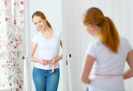 אשה במראה בטן גוף