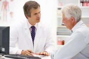רופא עם מטופל מבוגר סרטן הערמונית