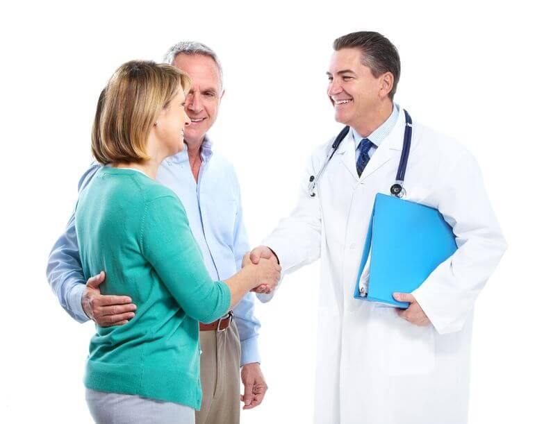 זוג עם רופא שמחים