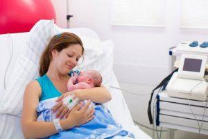אמא חדר לידה תינוק