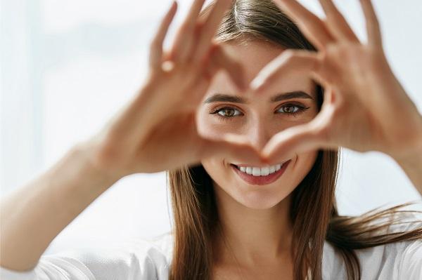 מילוי שקעים מתחת לעיניים: לשמור על הנעורים