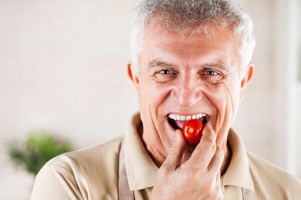 השתלת שיניים גבר