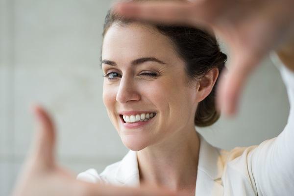 אסתטיקה דנטלית ואסתטיקה של הפנים: לטפל בשיניים ולהיראות צעירים