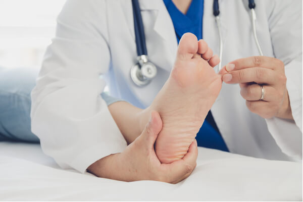 טיפול בכף רגל סוכרתית: המדריך המלא