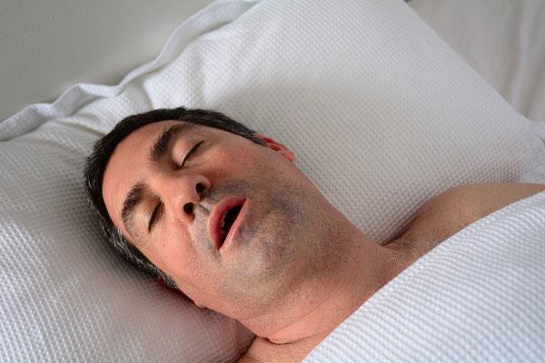 טיפול בנחירות ודום נשימה בשינה: המדריך המלא