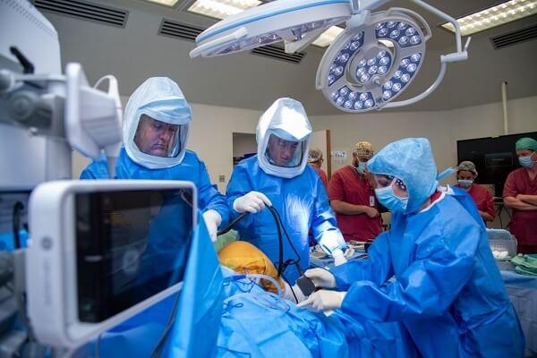 ניתוח החלפת ברך באמצעות רובוט: מדויק יותר עם החלמה קצרה יותר