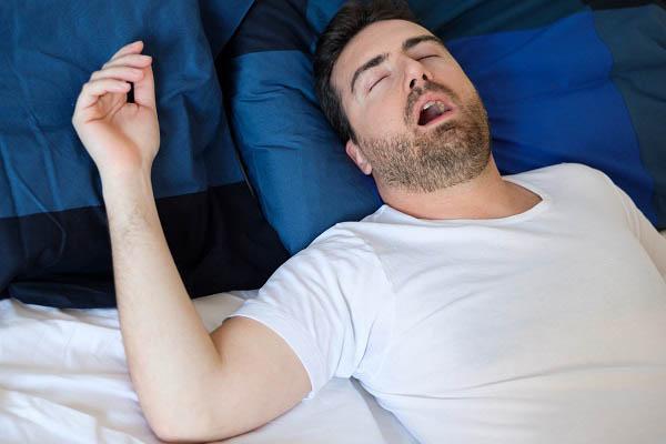 טיפול לא פולשני בדום נשימה: איך נוצרת הנחירה ואיך ניתן למנוע אותה?