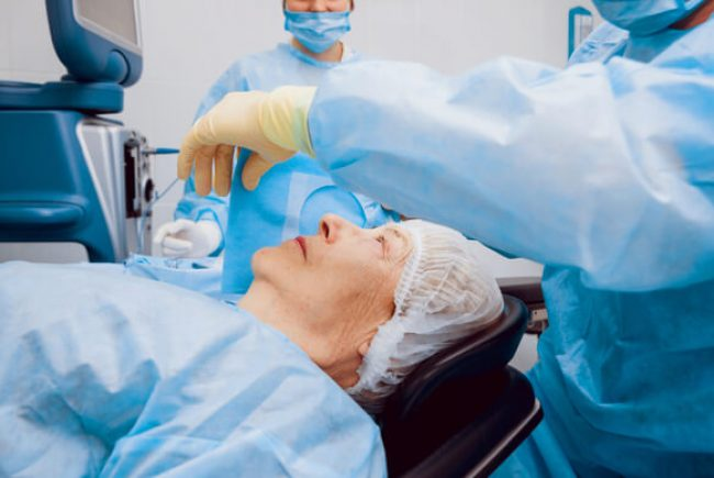 הסרת משקפיים בניתוח קטרקט: לראות את השינוי